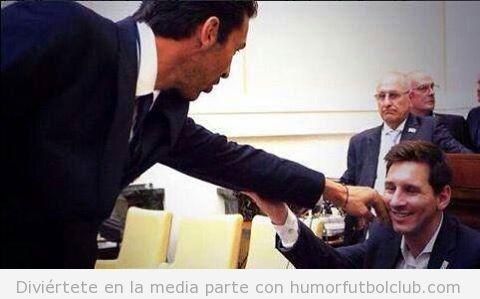 Foto de Buffon tocando a Messi