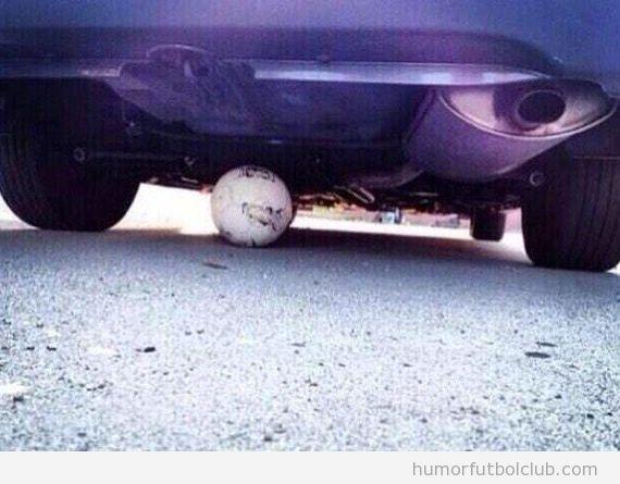 Foto balón fútbol debajo coche