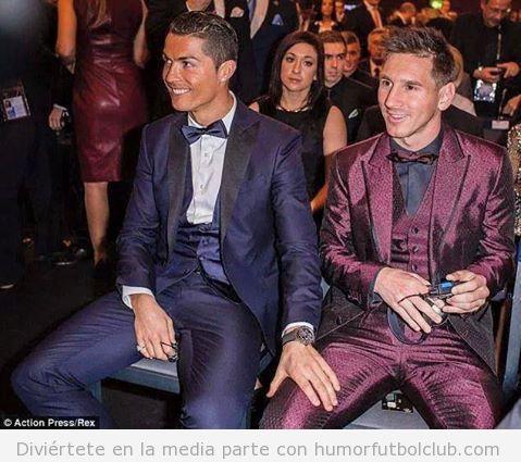 Cristiano Ronaldo tocando la pierna de Messi en la gala de Balón de Oro 2014