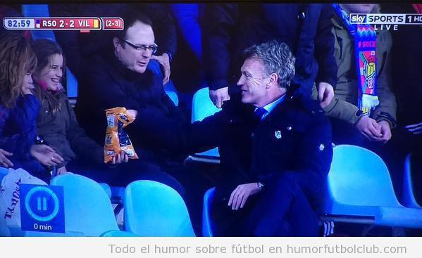 Foto graciosa David Moyes comiento Cheetos en las gradas Real Sociedad