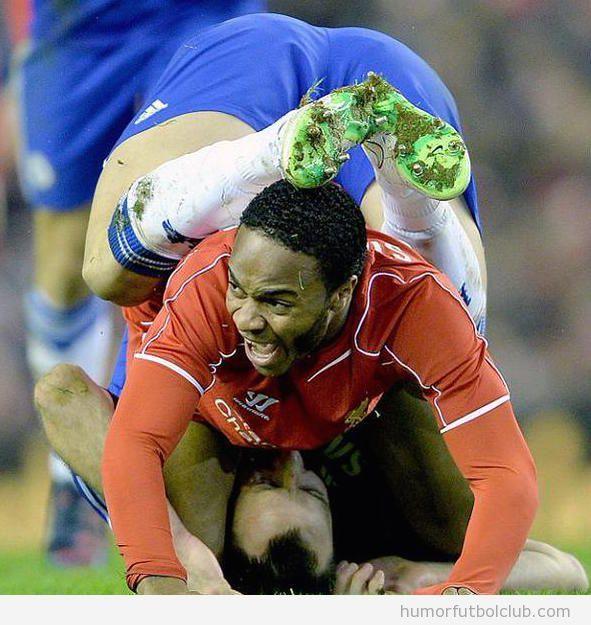 Foto graciosa de la extraña postura de Terry y Raheed Sterling