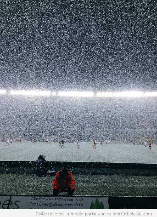 Foto nevando en el partido entre el Wolverhampton y el Fulham