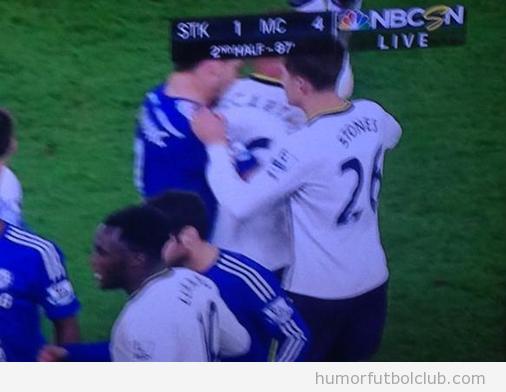 Foto mordisco Branislav Ivanovic-morder a James Mccarhy del Everton