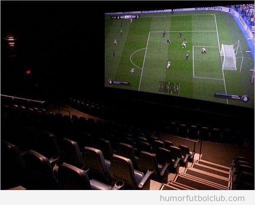 Foto, ver partido de fútbol en el cine