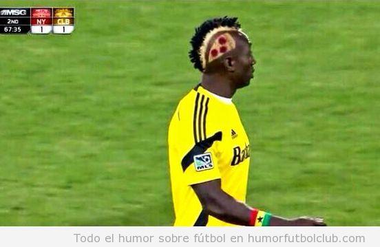 Futbolista Dominic Oduro con peinado de pizza