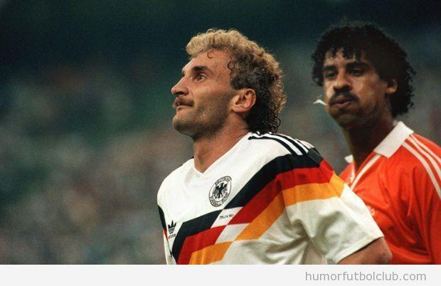 Foto mítica de Rijkaard escupiendo a Voller en Mundial 90