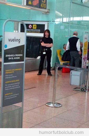 Parecido razonable de un seguridad aeropuerto de Barcelona con Carles Puyol