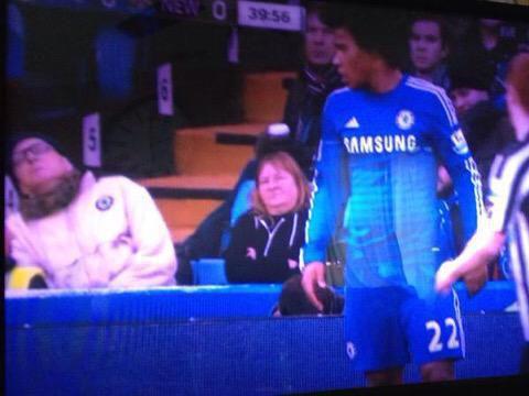 Foto graciosa de un aficionado del Chelsea dormido