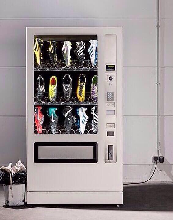 Foto graciosa, máquina vending con botas de fútbol