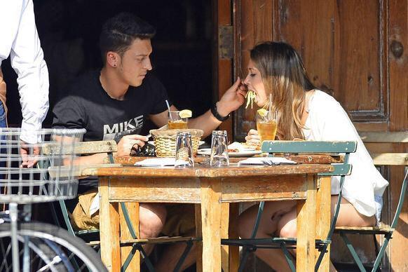 Foto graciosa de Ozil dando de comer a su novia
