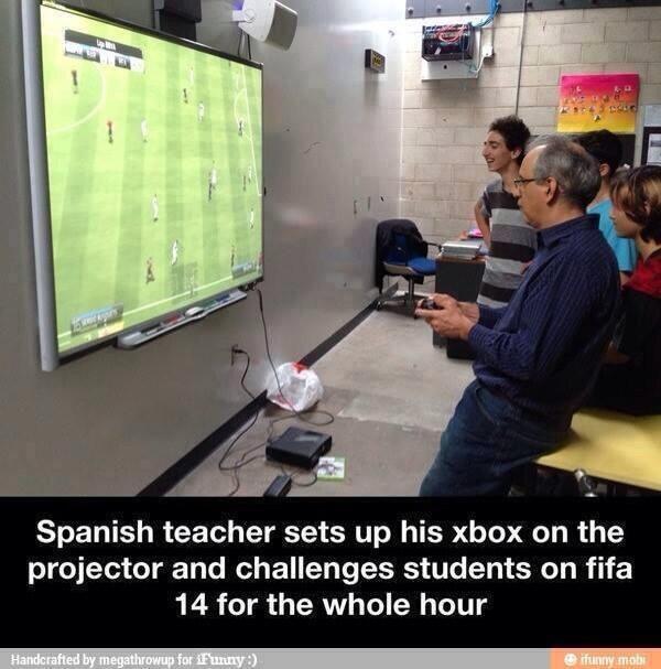 Foto de un profesor jugando al FIFA en pantalla grande en clase