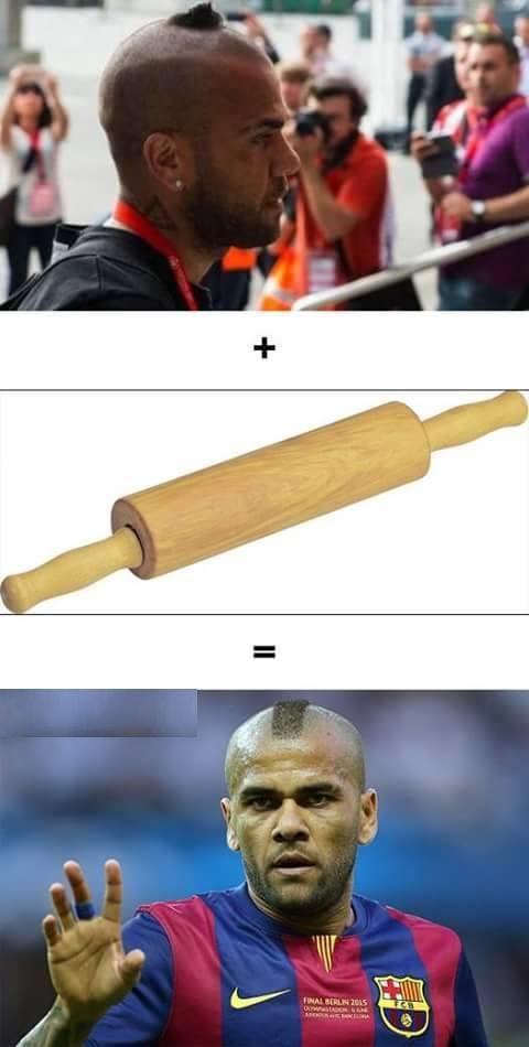 Meme gracioso Dani Alves con rodillo de amasar pasta en la cabeza