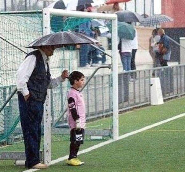 Foto graciosa abuelo sujetando paraguas al portero
