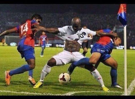 Foto graciosa futbolista separando adversarios