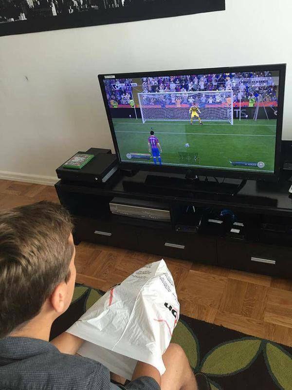 Jugar penaltis FIFA con un amigo en casa