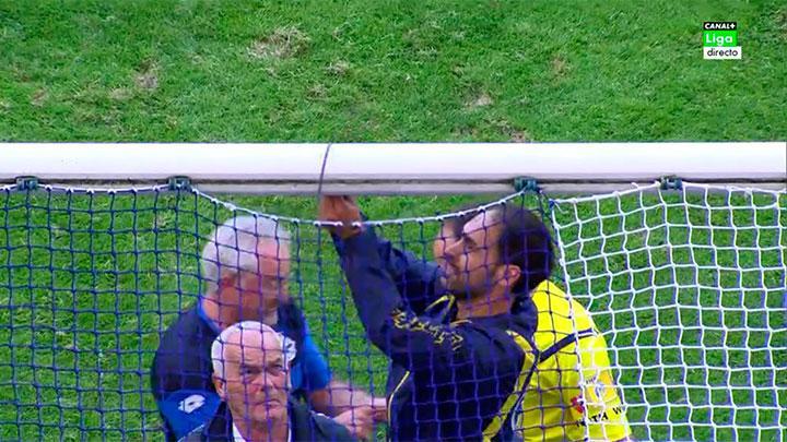 Foto graciosa, areglan la portería del Deportivo Coruña con una brida