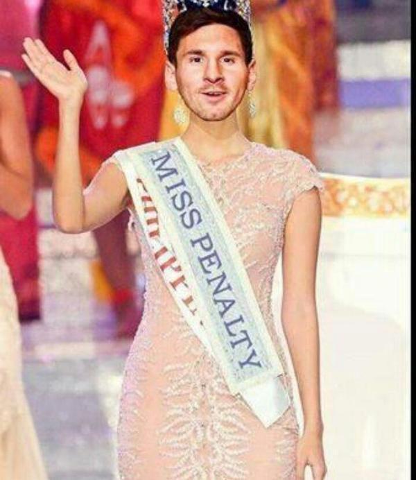 Messi con la banda de Miss Penalty