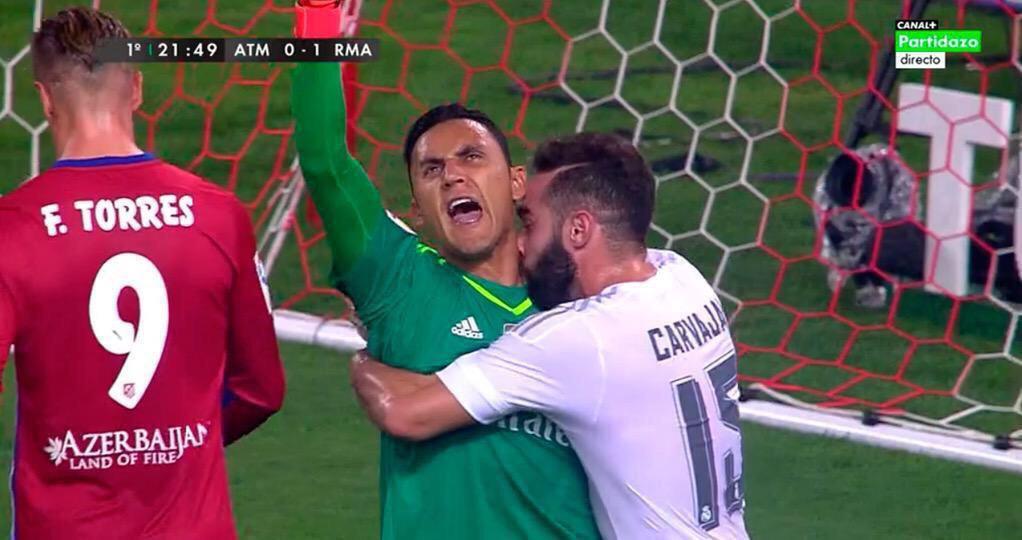 Beso cuello de Carvajal a Keylor Navas en el Atlético - Real Madrid