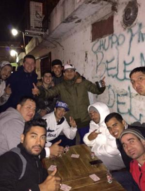 Foto de Carlos Tévez con amigos en barrio de Buenos Aires