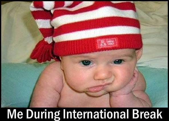 Imagen graciosa de un bebé aburrido sin fútbol
