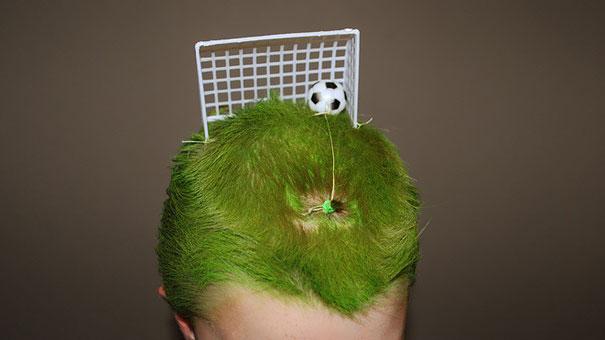 Peinado gracioso, pelo verde de campo fútbol con portería y balón