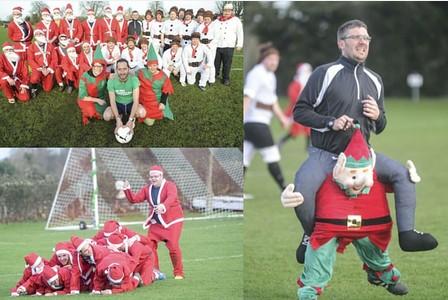 Partido fútbol vestidos Santa Claus y elfos