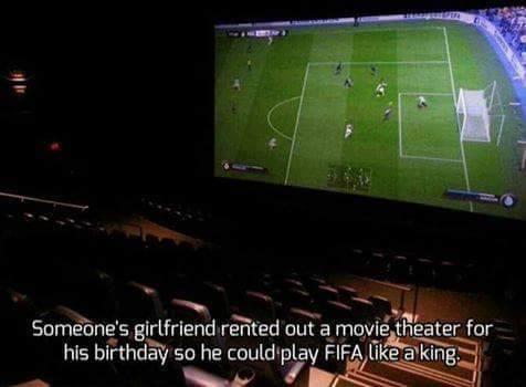 Foto jugar al FIFA en la pantalla grande de un cine