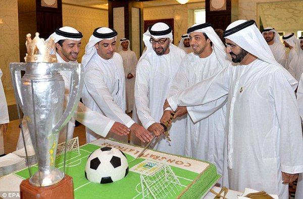 Familia Real Abu Dhabi pastel cumpleaños campo fútbol