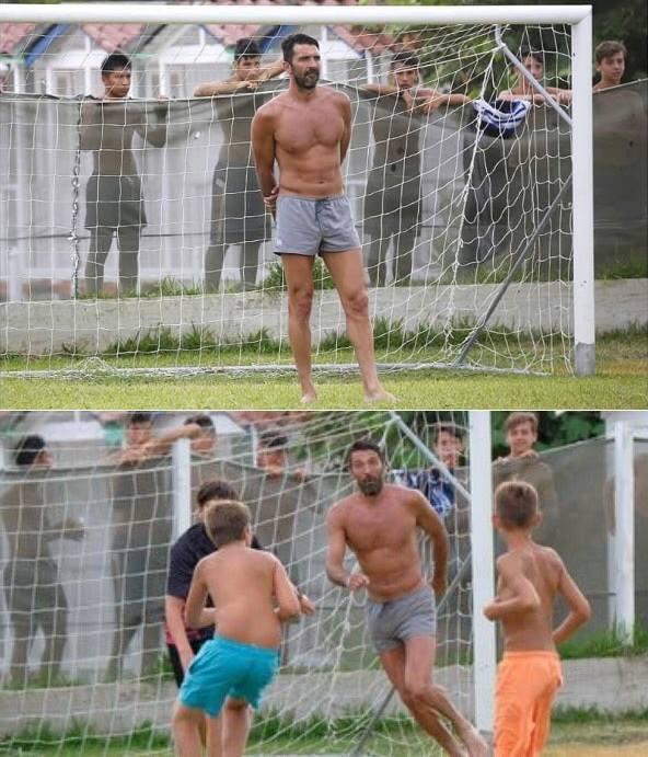 Fotos de Buffon jugando con niños en sus vacaciones