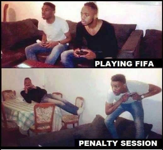 Foto graciosa jugar FIFA con amigo, tanda de penaltis