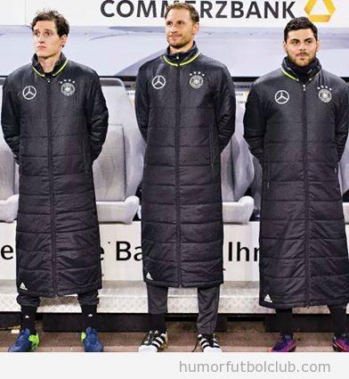 Jugadores con el anorak puffy jacket de Arsene Wenger