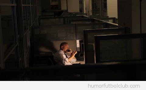 Hombre trabajando hasta tarde en la oficina